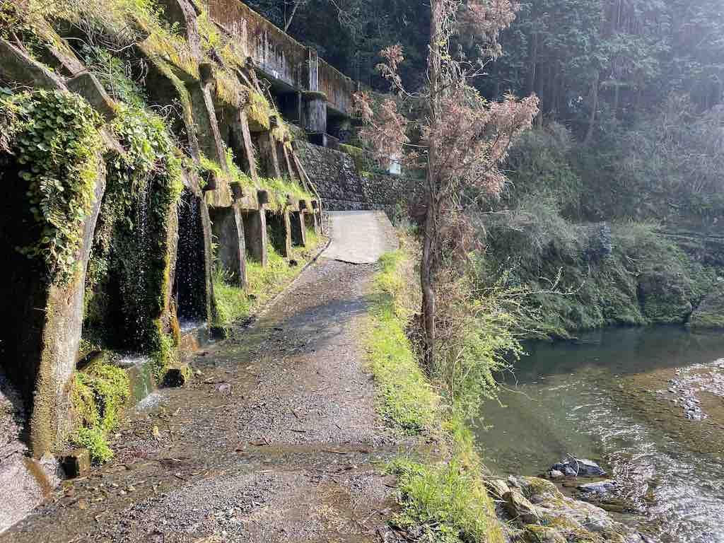 山の川沿いの道